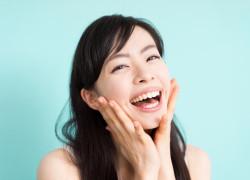 笑ったときに歯ぐきが見えすぎる!!  ガミースマイルの原因と治療法とは?